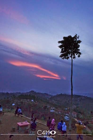 di bukit Moko Jika cuaca cerah bisa menyaksikan sunset