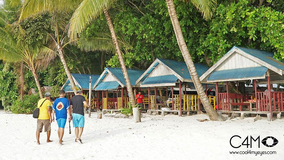 Deretan saung di Pantai Ngurbloat