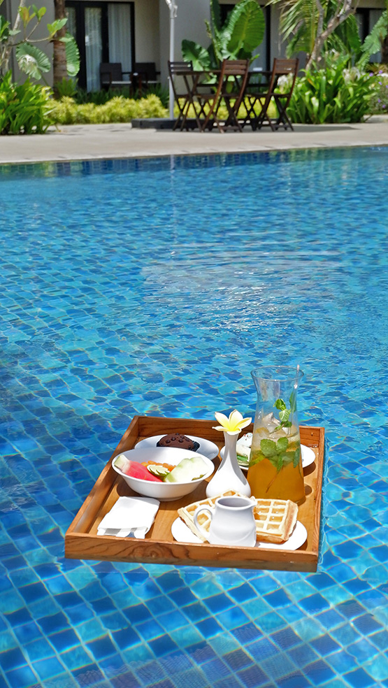 Floating breakfast dengan menu American breakfast